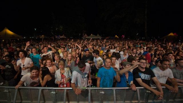 Junge Menschen an einem Konzert.