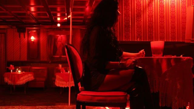 Frau sitzt an einem Tisch