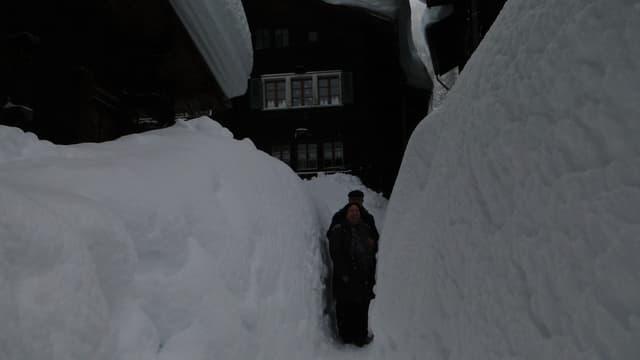 Mannshohe Schneemauern in Ulrichen im Januar 2012.