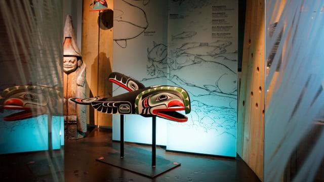 Eine bunte Holz-Skulptur eines fischähnlichen Wesens.