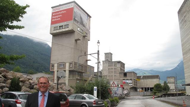 Blick auf das Zementi-Areal in Brunnen - im Vordergrund Nova-Brunnen-Geschäftsführer Christian Kündig.