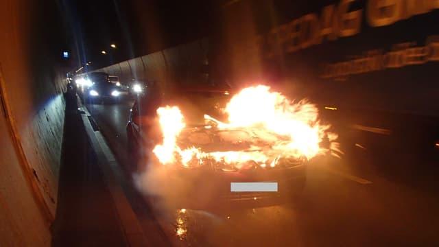Das Feuer brach im Motorraum des Autos aus.
