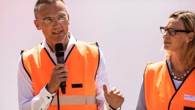 Jacques Boschung und Cornelia Mellenberger in orangen Gilets.