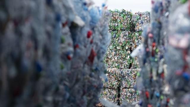 Berg von Plastikflaschen.