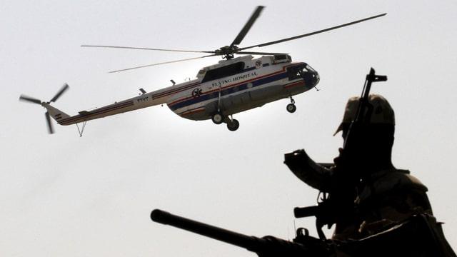 Helikopter mit Mubarak in der Luft. Ein Soldat am Boden beobachtet den Flug.