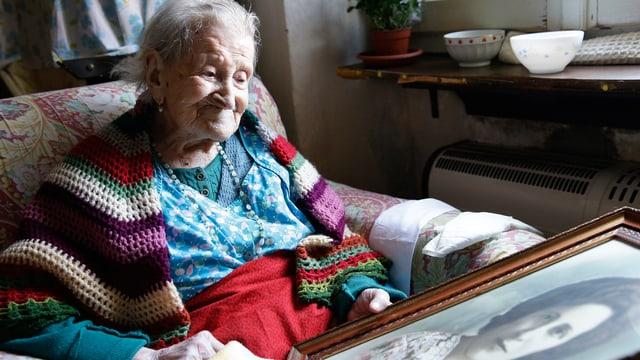 Die 116-jährige Emma Morano betrachtet im Juni 2015 ein Portrait von ihr selber, als sie jung war. (keystone)