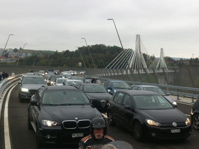 Autos stauen sich auf der neuen Freiburger Poya-Brücke.