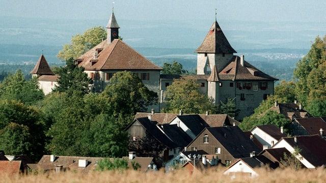 Die Dächer des Dorfes Kyburg im Schatten der mittelalterlichen Burg im Hintergrund der Blick über das Umland.