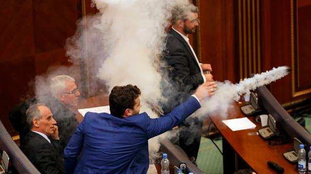 Tränengas im Parlament.