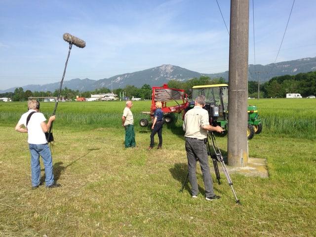 Sabine Dahinden spricht auf dem Feld mit einem Bauer. Filmequipe nimmt die Szene auf.