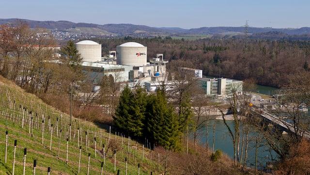 Das Atomkraftwerk Beznau von aussen. Im Vordergrund ein Fluss.