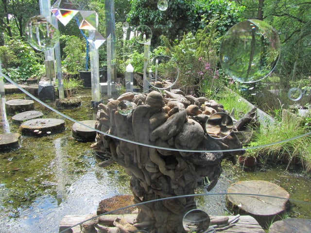 Ostasiatische Gartenpoesie, gekoppelt mit dem Vexierspiel der geschliffenen Linsen.