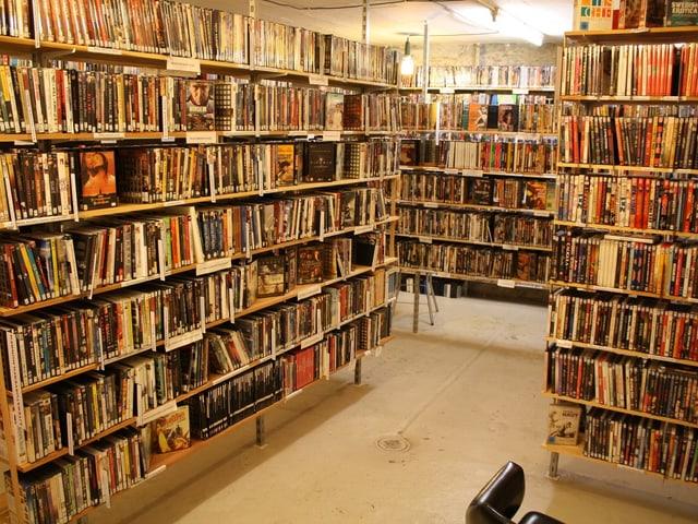 Ein Raum mit Regalen mit sehr vielen DVDs.