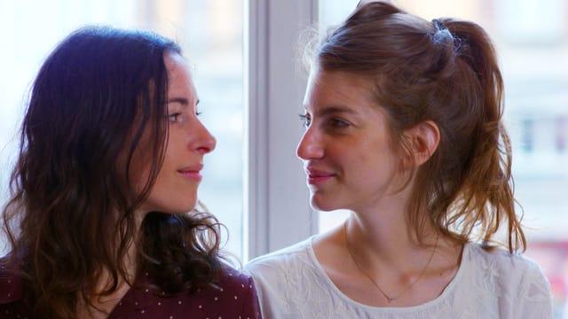 Zwei Frauen schauen sich gegenseitig an. Es sind Sonja Glass und Valeska Steiner.