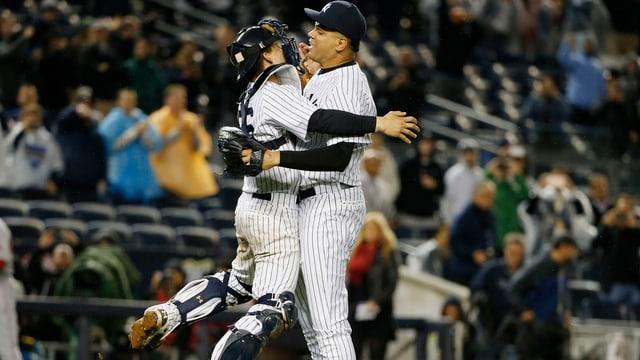 Zwei Spieler der New York Yankees umarmen sich nach dem Sieg.