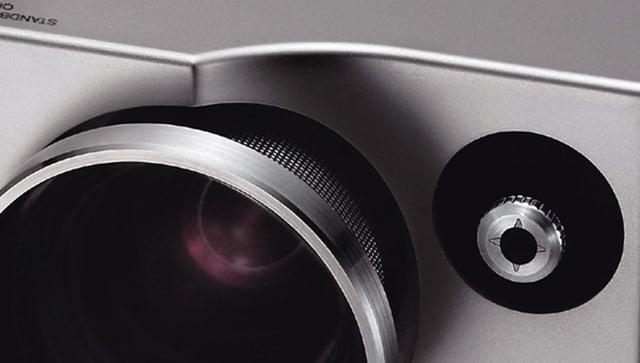 Detail eines Beamers, Objektiv, daneben der Lens Shift-Hebel.