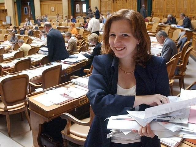 Christa Markwalder mit einem Stapel Dokumente im Bundeshaus.
