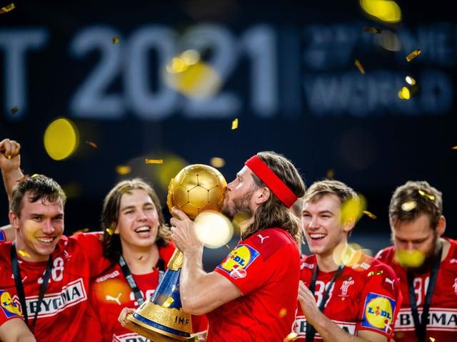 Mikkel Hansen küsst den WM-Pokal.