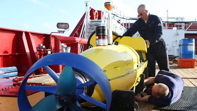 Ein Unterwasser-Suchgerät wird bereit gemacht.
