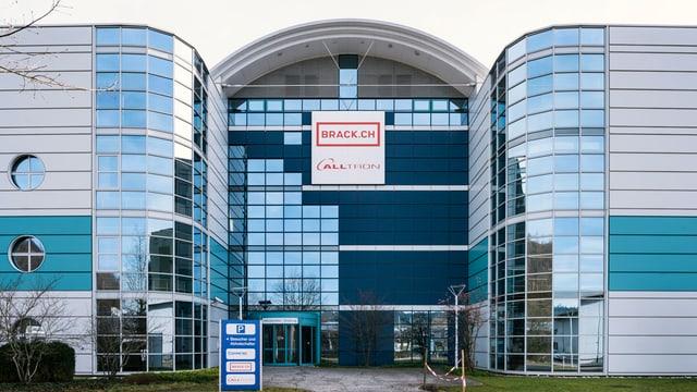 Ein grosses Glasgebäude mit einem Brack-Logo.