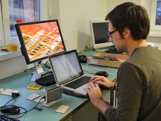 FabLab-Mitbegründer Wolfgang Szabó arbeitet am Computer.