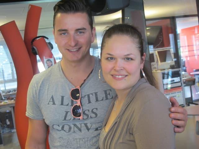 Andreas Gabalier und Martina Gebistorf stehen nebeneinander im Sendestudio von Radio SRF 1.