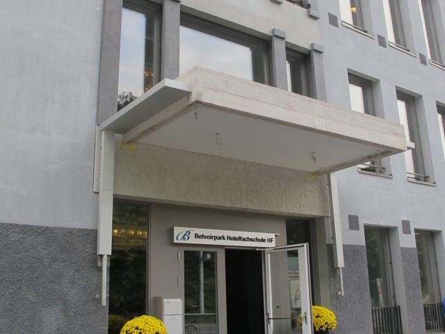 Fassade der Hotelfachschule Belovirpark in Zürich