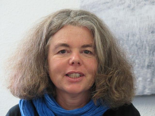 Portrait einer Frau mit Lockenhaar.