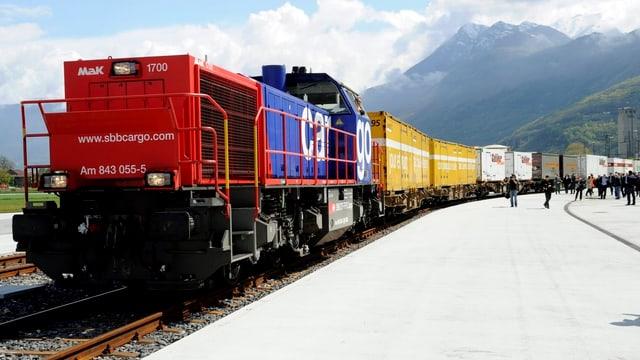 Ein Zug beladen mit Containern wartet auf Abfahrt.