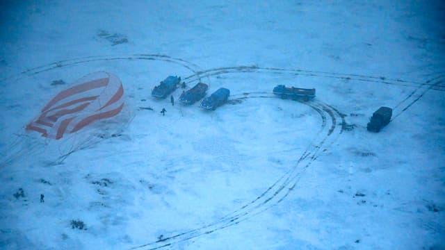 Blick aius einem Helikopter auf den verschneiten Landeplatz der Sojus-Kapsel.