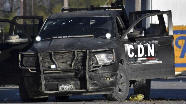 Zerschossenes Fahrzeug mit der Aufschrift «C.D.N.»