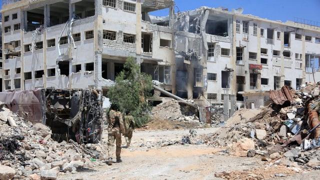 Syrische Soldaten in einem komplett zerstörten Viertel von Aleppo.