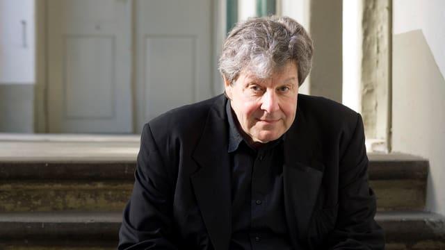 Ein Mann sitzt auf einer Treppe