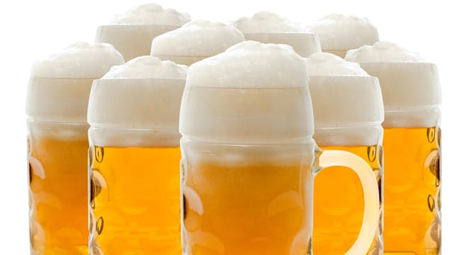 Mehrere Biergläser nebeneinander.