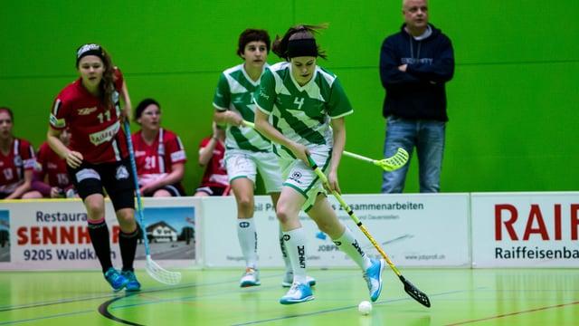 Unihockey-Spielerinnen im Einsatz.