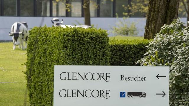 Weisses Schild mit Firmenname auf dem Gelände von Glencore
