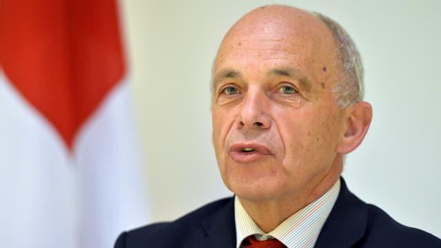 Bundesrat Ueli Maurer vor Schweizer Flagge.