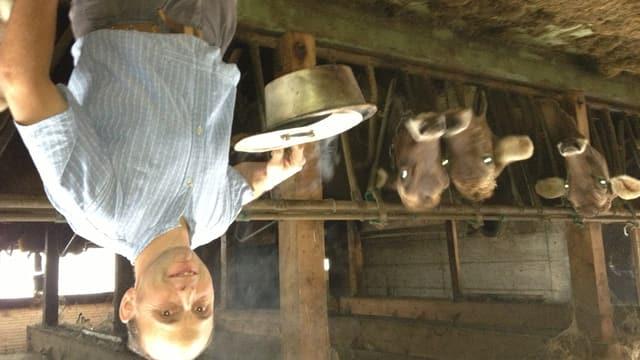 Bauer Niklaus Dobler segnet mit dem Weihrauch aus seiner «Räuchlipfanne» Haus und Hof.