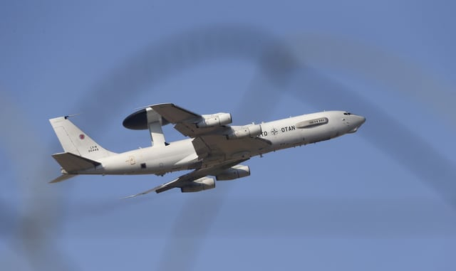 Ein Awacs-Flugzeug mit dem typischen Radar-Aufbau über dem Flugzeugrumpf