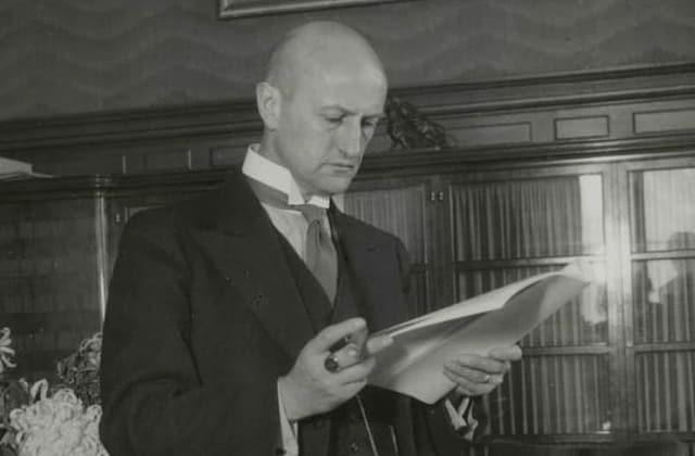 Foto in schwarzweiss: Bundesrat Philipp Etter in seinem Bundesratsbüro beim Aktenstudium zirka 1939.