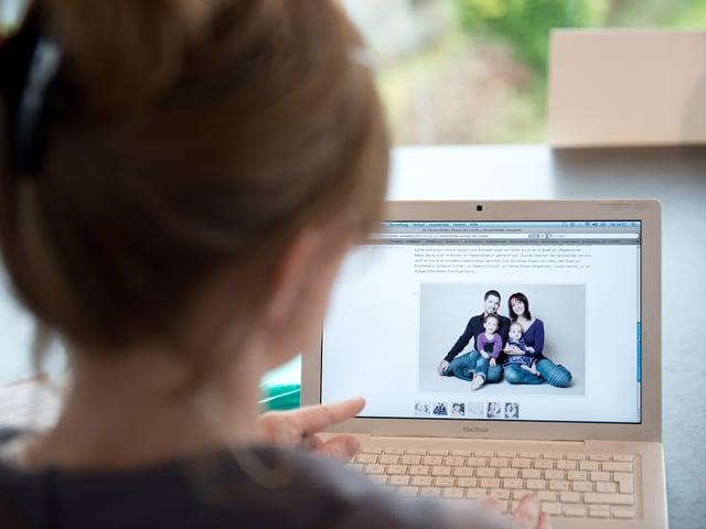 Kerstin betrachtet auf dem Computer ihre Webseite.