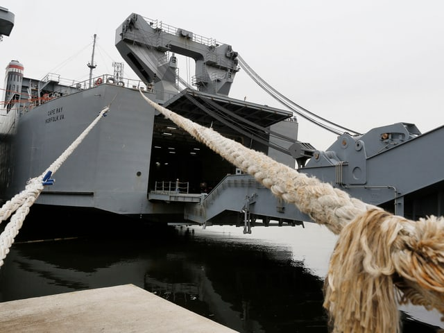 Auf der grauen Reeling des Schiffes ist die Aufschrift: Cape Ray.