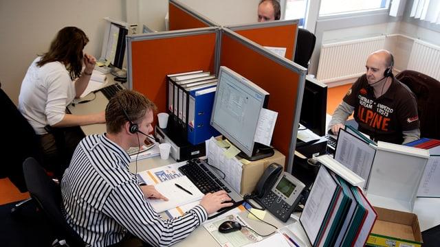 Frauen und Männer in einem Callcenter