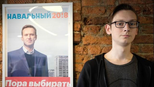 Andrei steht vor einem Navalny-Poster.
