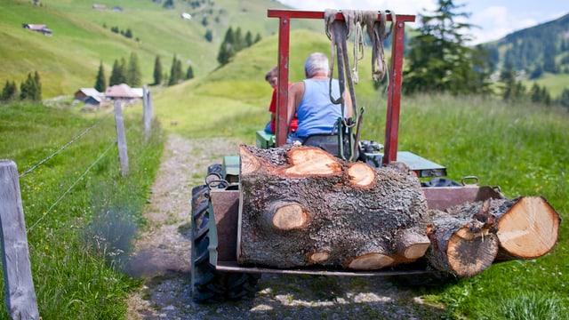 Eine Alpstrasse mit einem Traktor.