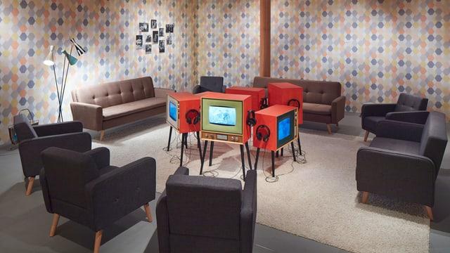 Ein nachgebautes Wohnzimmer mit Fernseher.