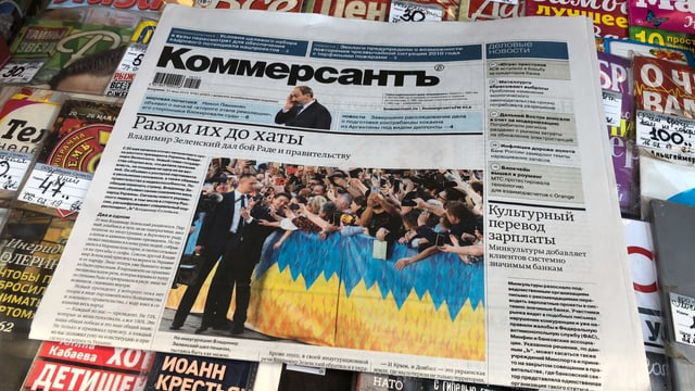Eine Ausgabe des «Kommersant» an einem Kiosk.