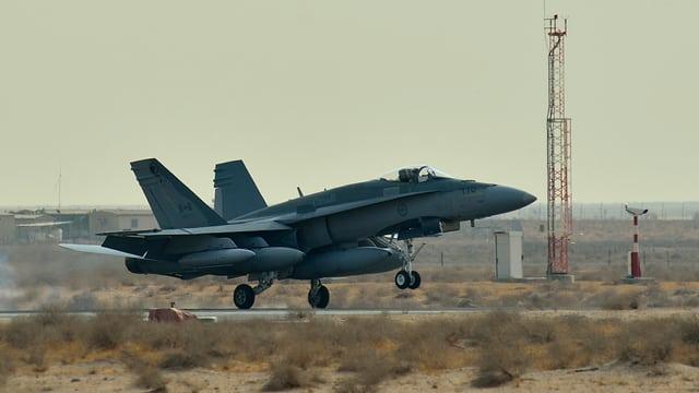Kanadischer Kampfjet bei der Landung auf einem Flughafen
