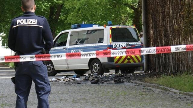 Ein Polizist bewacht ein abgesperrtes Gebiet in Zossen. (twitter.com/welt)