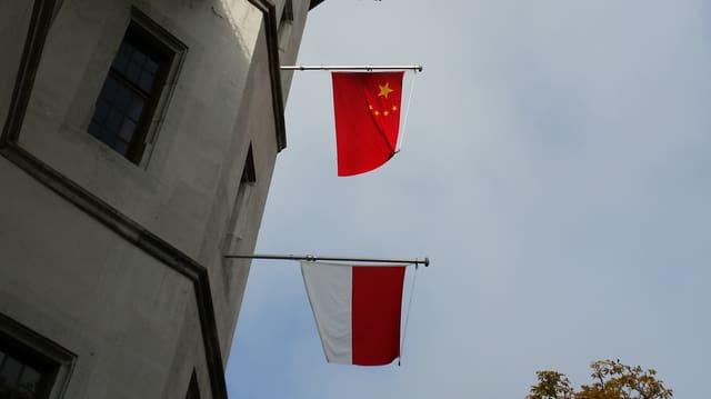 Die Fahnen des Kantons Solothurn und Chinas.